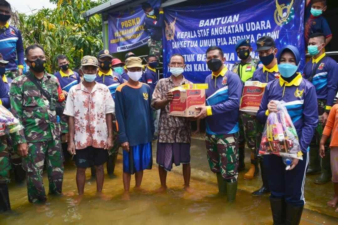 Lanud Sjamsudin Noor Salurkan Bantuan Logistik, Tenaga Kesehatan, dan Makanan Siap Saji dari Dapur Umum SMA Pradita Dirgantara