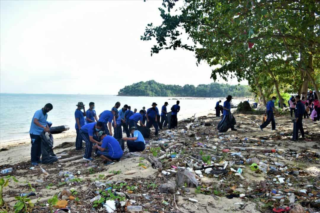 Bersih-Bersih Pantai Sebagai Wujud kepedulian Lanud Hang Nadim Dan PIA Ardhya Garini Cabang 21/D I Lanud Hang Nadim
