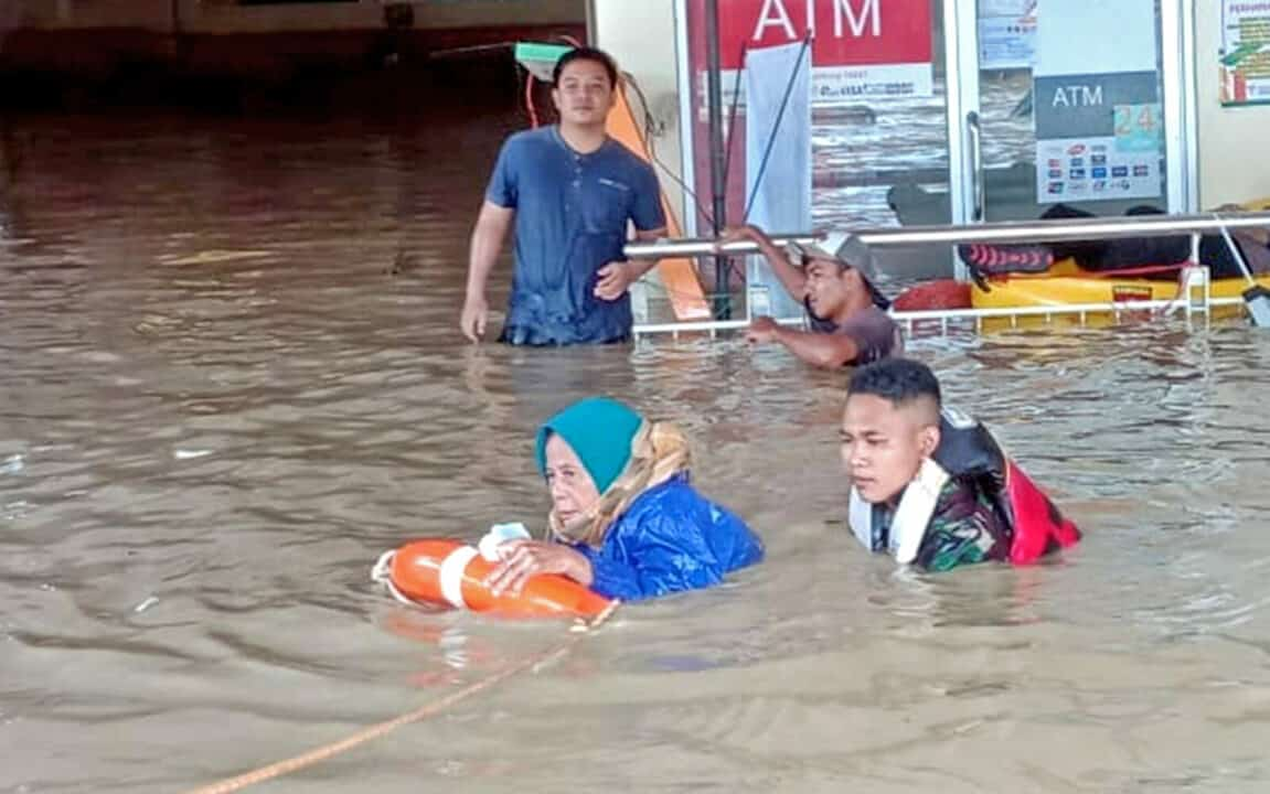 Danlanud Suryadarma Perintahkan Tim Reaksi Cepat Bencana Bantu Korban Bencana Banjir di Pamanukan Subang