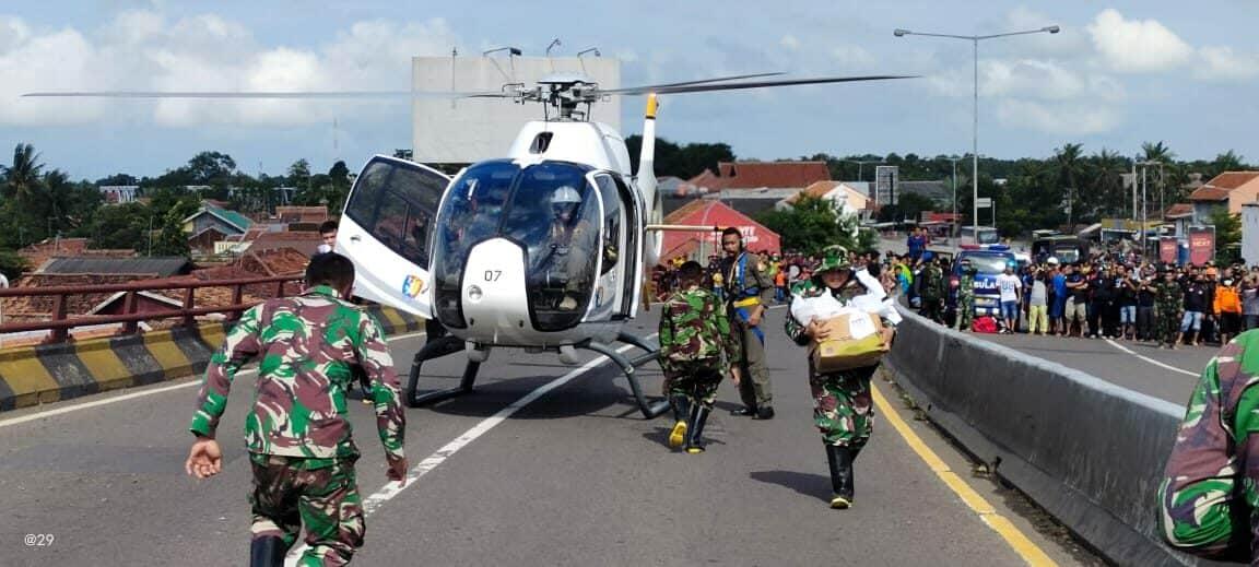 Lanud Suryadarma Kerahkan 2 Helikopter Dukungan Logistik Korban Banjir di Subang