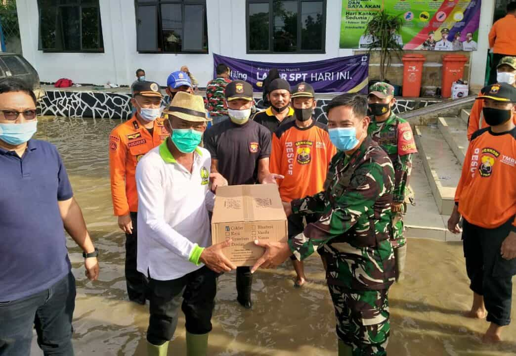 Danlanud Suryadarma Serahkan Bantuan Korban Banjir di Subang
