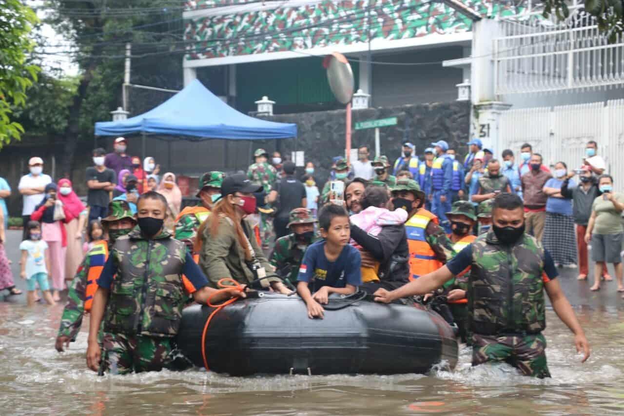 Satgas Siaga Banjir Koopsau I dan Denmatra Paskhas Evakuasi Warga Kampung Makasar