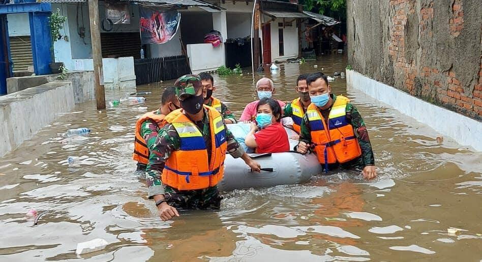 Personel Lanud Halim Kembali Bantu Evakuasi Warga di Lokasi Banjir