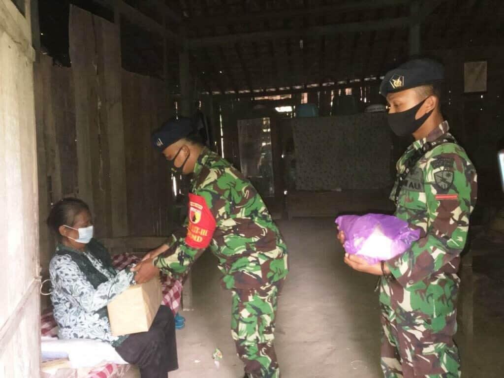 Bantuan Paket Sembako dari Satgas TMMD Lanud Abd Saleh pada Warga Desa