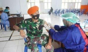 Prajurit Denmatra 2 paskhas Laksanakan Serbuan Vaksinasi Covid-19