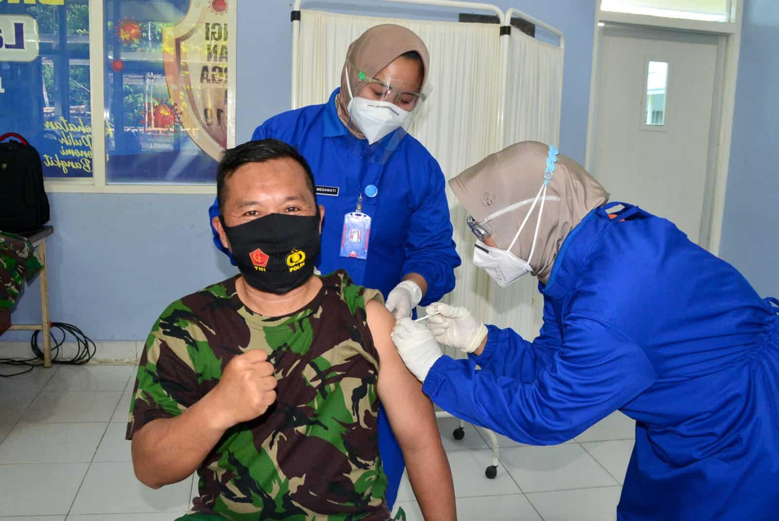 Dukung Indonesia Sehat Secara Serentak, Personel Lanud Sjamsudin Noor Turut Sukseskan Vaksinasi Covid-19 Tahap Kedua