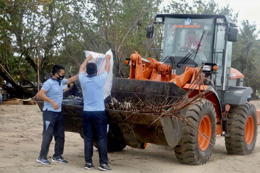 Lanud I Gusti Ngurah Rai Gelar Aksi Bersih-bersih Pantai Kuta