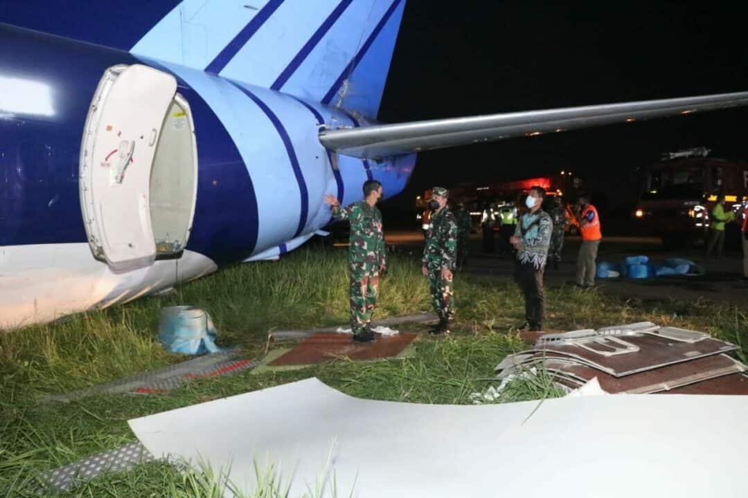 TNI AU Bantu Evakuasi Pesawat Trigana Air Yang Tergelincir