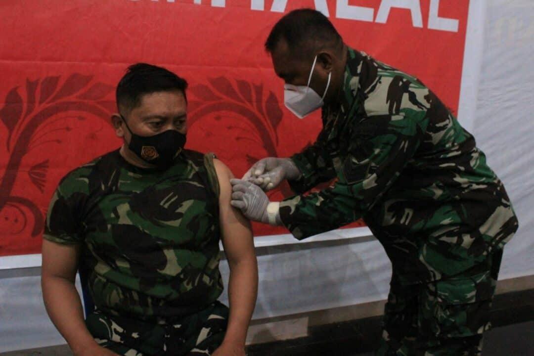 Danlanud Leo Wattimena Menerima Vaksinasi Covid-19 Tahap Pertama