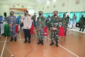 DANLANUD EL TARI MENGHADIRI VAKSINASI BERSAMA TNI-POLRI DI MAKOREM 161/WS