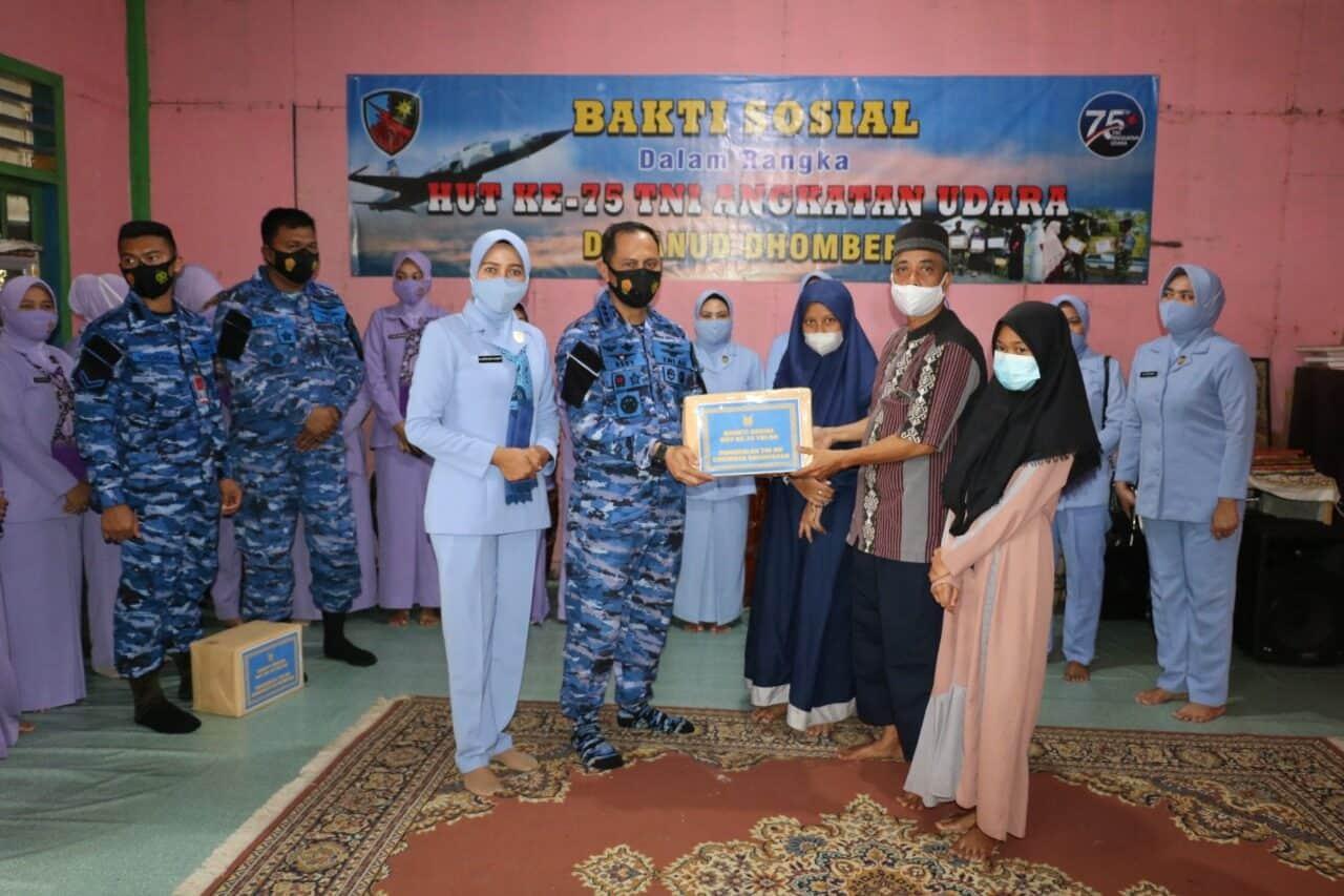 Jelang HUT Ke-75 TNI AU, Lanud Dhomber Berbagi Kebahagiaan Kunjungi Panti Jompo dan Panti Asuhan