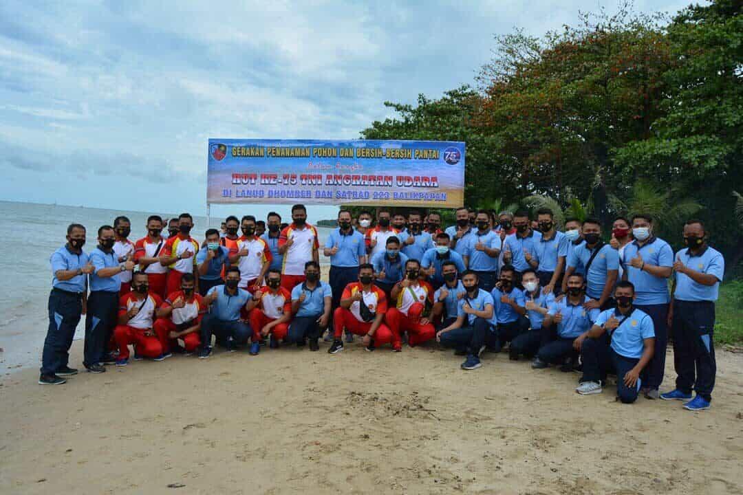 Jelang Peringatan HUT Ke – 75 TNI AU, Lanud DhomberBersihkan PantaiDan Tanam Pohon