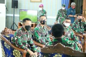 Danlanud Hnd Sambut Kuker Wakasal di Makassar TNI AU. Komandan Lanud (Danlanud) Sultan Hasanuddin Marsma TNI Danet Hendriyanto, S.Sos., menyambut kedatangan Wakil Kepala Staf Angkatan Laut (Wakasal) Laksamana Madya (Laksdya) TNI Ahmadi Heri Purwono, S.E., M.M.,beserta rombongan bertempat di Apron Galakrika Lanud Sultan Hasanuddin dalam rangka Kunjungan Kerja (Kuker) di Makolantamal VI Makassar, Minggu (18/4/2021). Dalam kunjungan tersebut Wakasal didampingi oleh, Asrena Kasal Laksda TNI Muhammad Ali, Aspers Kasal Laksda TNI Irwan Achmadi, Aslog Kasal Laksda TNI Puguh Santoso, Kadisfaslanal Laksma TNI Agus Santoso, serta Pejabat dari TNI AL lainnya. Turut serta menyambut kedatangan Wakasal antara lain, Pangdam IV Hasanuddin Mayjen TNI Muhammad Syafei Kasno, Danlantamal VI Makassar Laksma TNI Benny Sukandari, Wadanlantamal VI Makassar Kolonel Mar Y. Rudy Sulistyanto, Dandim 1422 Maros Letkol Inf Budi Rahman, Para Pejabat Lantamal VI Makassar .(penhnd/2021).