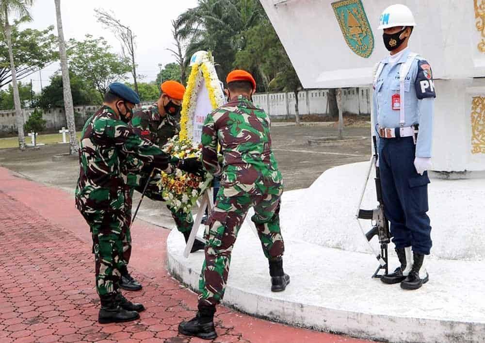 Yonko 462 Paskhas Ziarah Ke TMP Kusuma Dharma Pekanbaru Dalam Rangka HUT Ke 75 TNI AU
