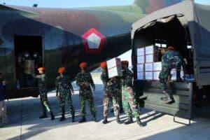 Denhanud 474 Paskhas Serahkan Bantuan Untuk Korban Bencana Alam di NTT