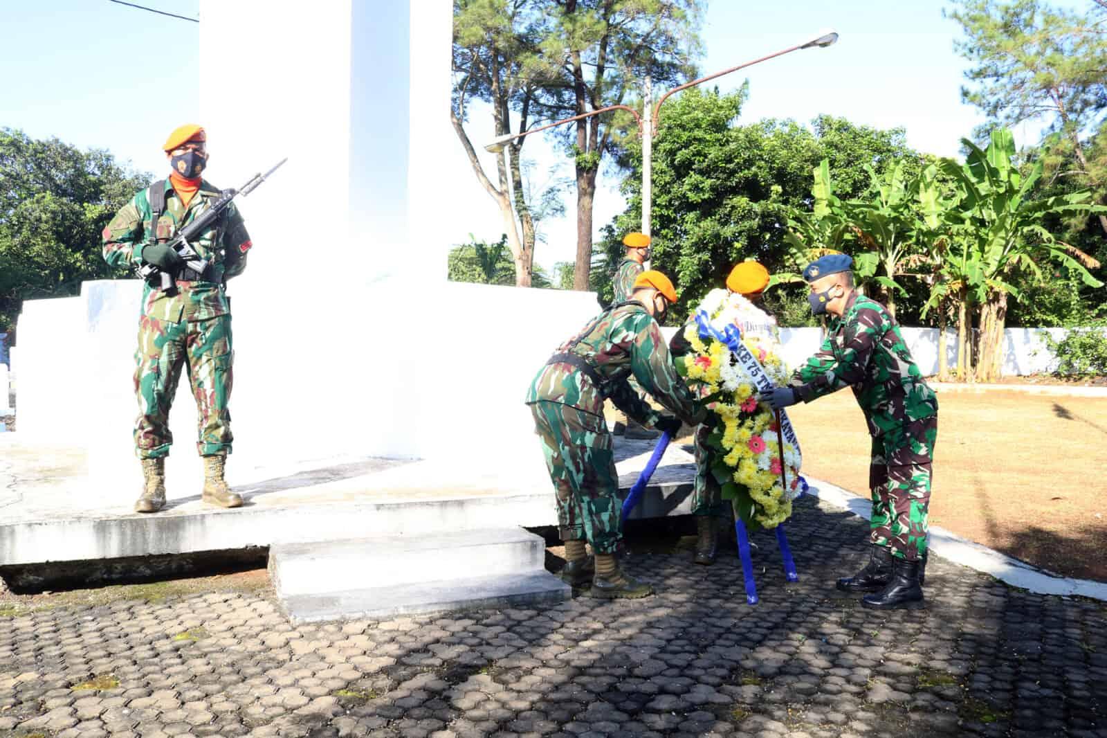 Danwingdiktek Pimpin Ziarah Rombongan Dalam Rangka HUT TNI AU Ke- 75 di TMP Cidongkol Subang