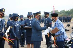 Pada HUT Ke-75 TNI AU, Danlanud Rsn Berikan Penghargaan Kepada Prajurit Teladan