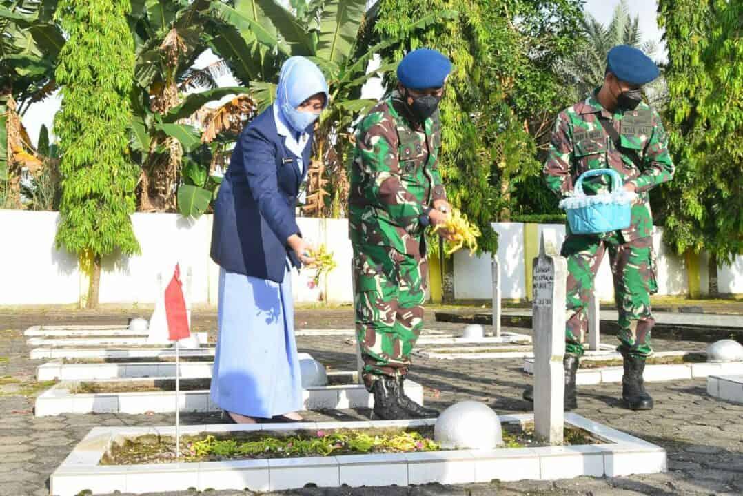 Memperingati HUT TNI AU ke-75 Tahun 2021 Lanud Sjamsudin Noor Laksanakan Ziarah Rombongan ke TMP Bumi Kencana Provinsi Kalimantan Selatan