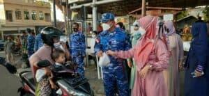 TNI-POLRI Perbatasan NKRI Ujung Barat,Terus Jalin Kekompakan Melalui Pembagian Ta'jil Kepada Pengendara