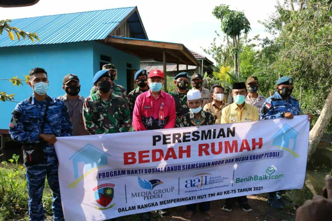 Akhirnya Pak Talib Warga Desa Raden Dapat Memiliki Rumah Layak Huni Setelah Di Bedah Oleh Lanud Sjamsudin Noor Dalam Rangka Memperingati HUT TNI AU Yang Ke-75 Tahun 2021