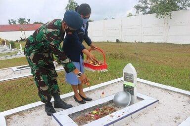 Dalam Rangka HUT TNI AU Ke-75, Danlanud H AS Hanandjoeddin Pimpin Ziarah Rombongan di TMP Kesatria Tumbang Ganti
