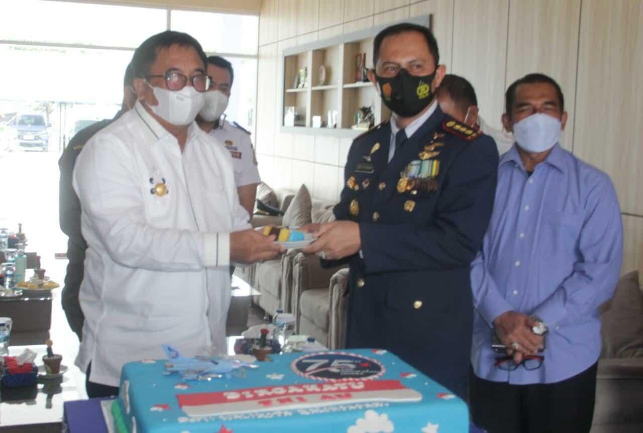Walikota Balukpapan Beri Kejutan kepada Komandan Lanud Dhomber di HUT ke-75 TNI AU