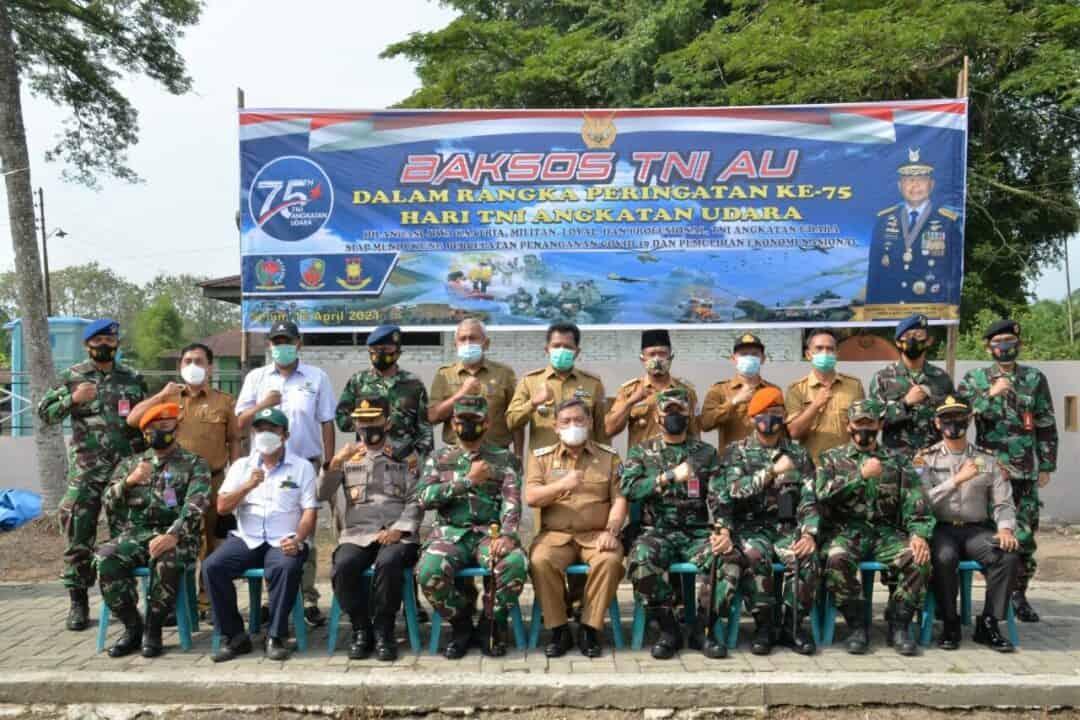 TNI AU di Medan Bagikan 1000 Paket Sembako di Desa Bulu Cina