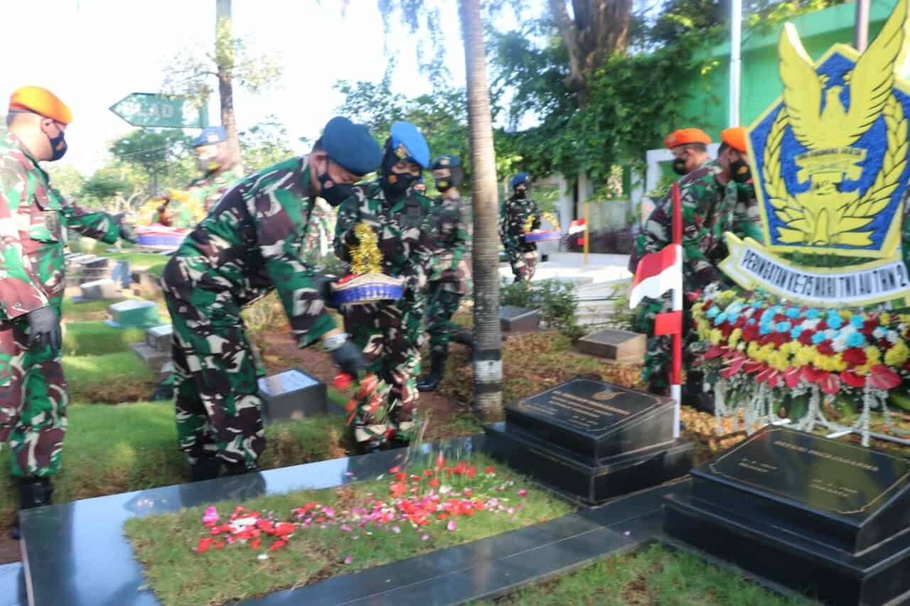 Ziarah ke Makam Bapak AURI, Pangkoopsau I Tabur Bunga