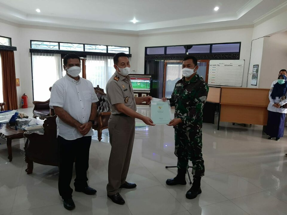 Kepala Kantor Wilayah BPN Prov. Kalsel  Serahkan Sertifikat Aset Tanah Lanud Sjamsudin Noor