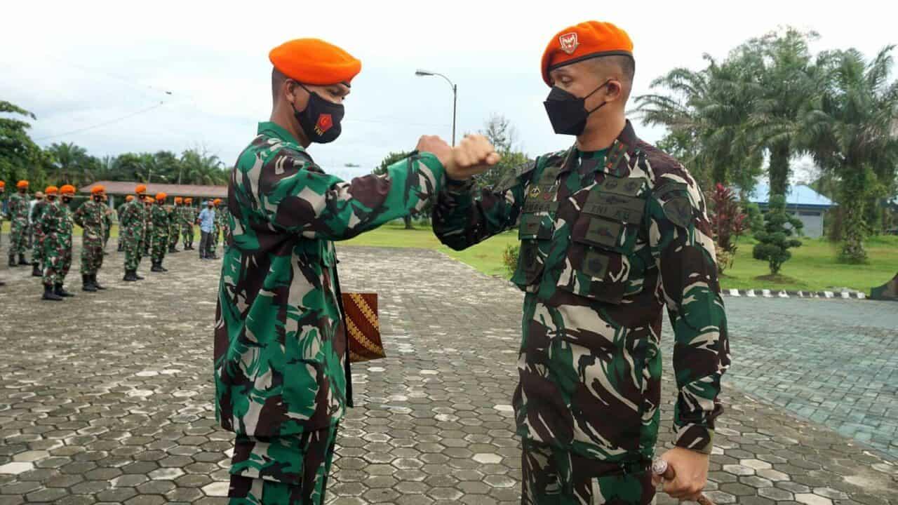 Danyonko 462 Paskhas Berikan Piagam Penghargaan Dan Uang Pembinaan Kepada Prajurit Berprestasi