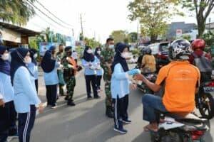 PIA Ardhya Garini Cabang Lanud Dhomber Bagikan Takjil pada Masyarakat dan Pengendara