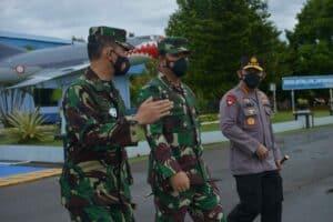 Panglima TNI Bersama Kapolri Transit di Lanud Hnd Sebelum Melaksanakan Kuker ke Timika Provinsi Papua