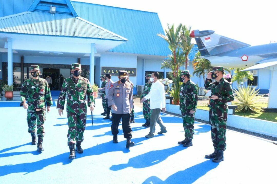 Panglima TNI Bersama Kapolri Transit di Lanud Hnd Sebelum Melaksanakan Kunker ke Wilayah Provinsi Papua