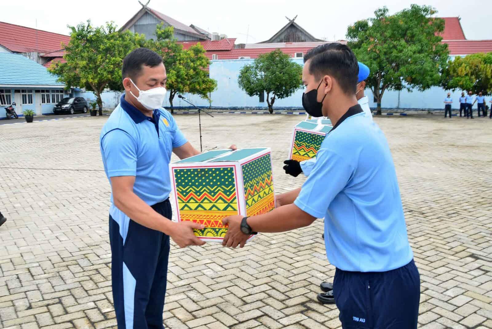 Wujud Perhatian dan Peduli Kebutuhan Personel, Komandan Lanud Sjamsudin Noor Bagikan Bingkisan Paket Lebaran Secara Simbolis