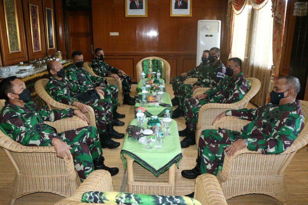 Komandan Lanud Sjamsudin Noor Sambut Kedatangan Wakil Kepala Staf Angkatan Darat