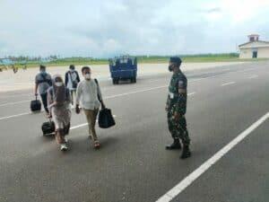 Cegah Covid-19 di Natuna, Babinpotdirga Bersama Personel Lanud RSA Terus Laksanakan Prokes di Bandara RSA.