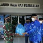 Danlanud RHF Bagikan Bingkisan Idul Fitri 1442H/2021M Kepada Seluruh Anggota Lanud RHF dan Warakawuri