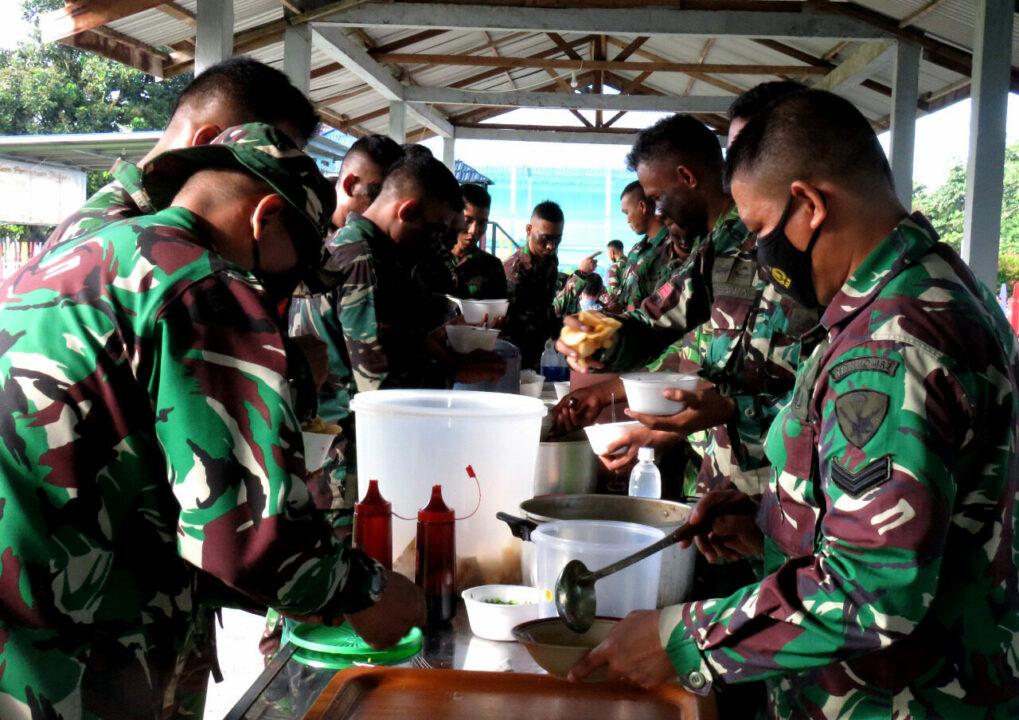 Usai Melaksanakan Latihan, Seluruh Prajurit Yonko 462 Paskhas Makan Bubur Ayam Bersama