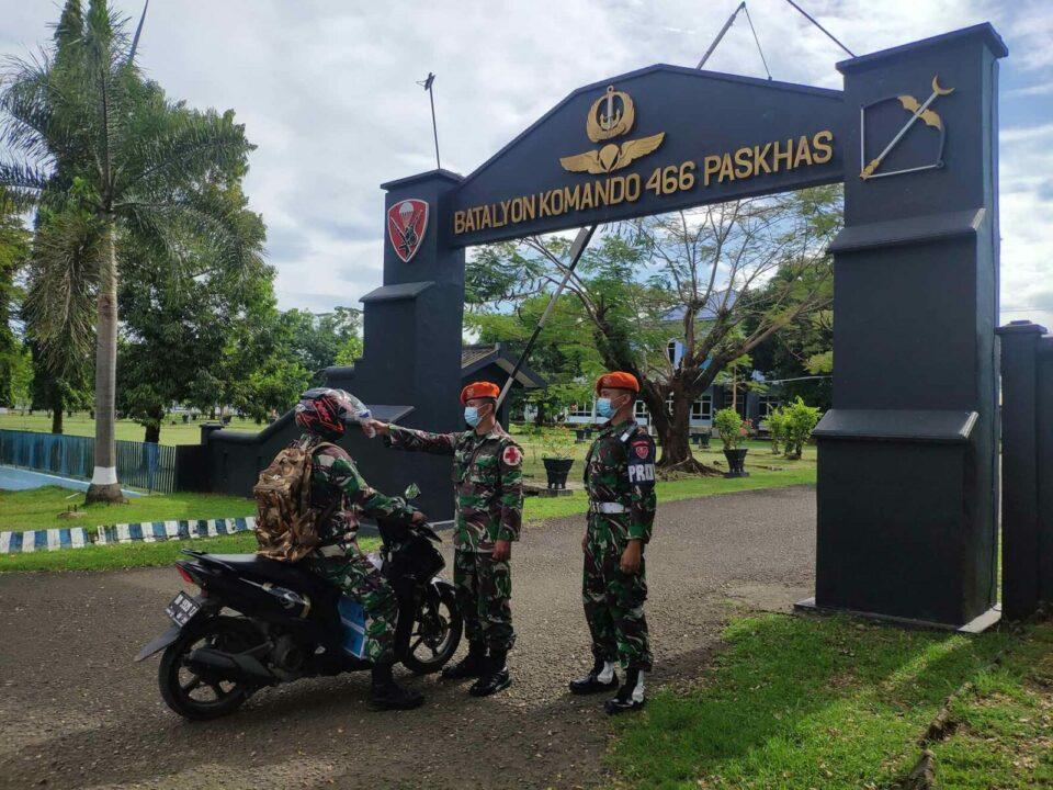 Prajurit Yonko 466 Paskhas Mebudayakan Cuci Tangan Dan Cek Suhu Tubuh Untuk Cegah Penyebaran Covid-19