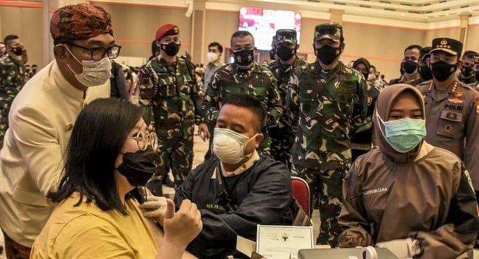Tinjau Vaksinasi Massal di Bandung, Panglima TNI Dan Kapolri Ingatkan Prokes