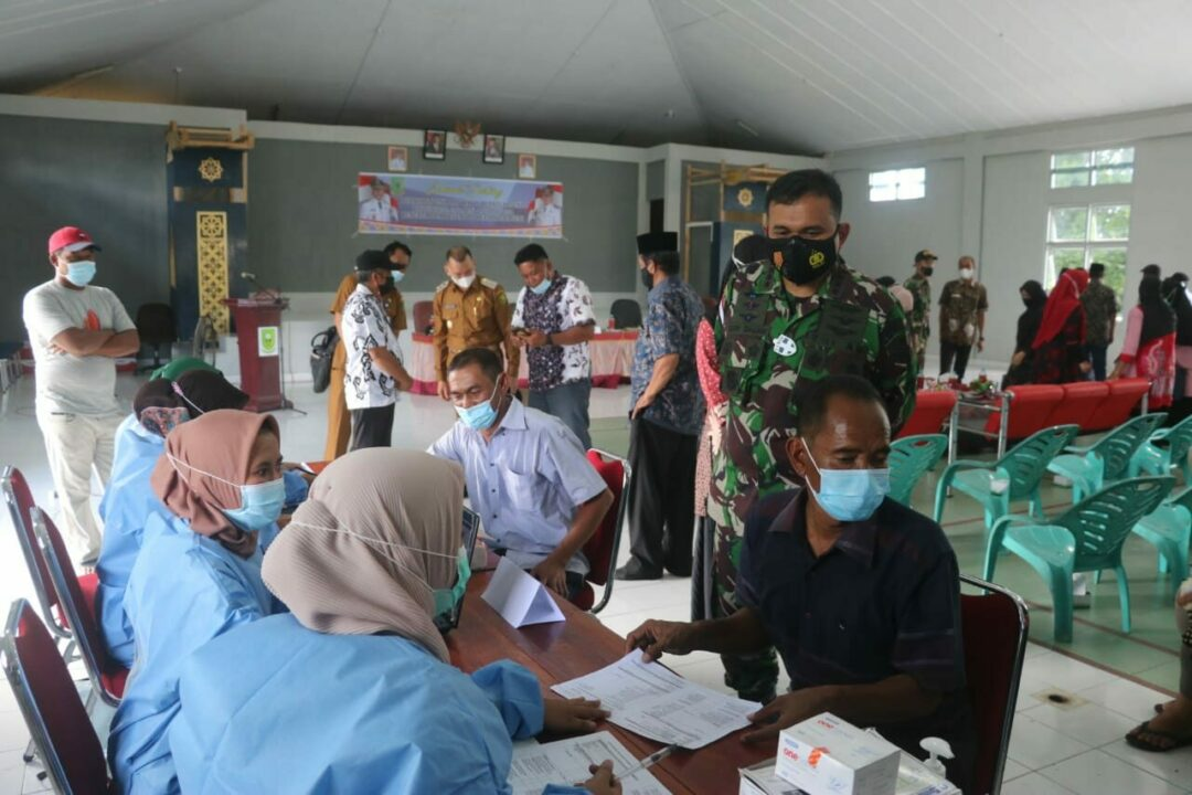 Danlanud Raden Sadjad Dampingi Kuker Bupati Natuna Tinjau Vaksinasi di Pulau Subi