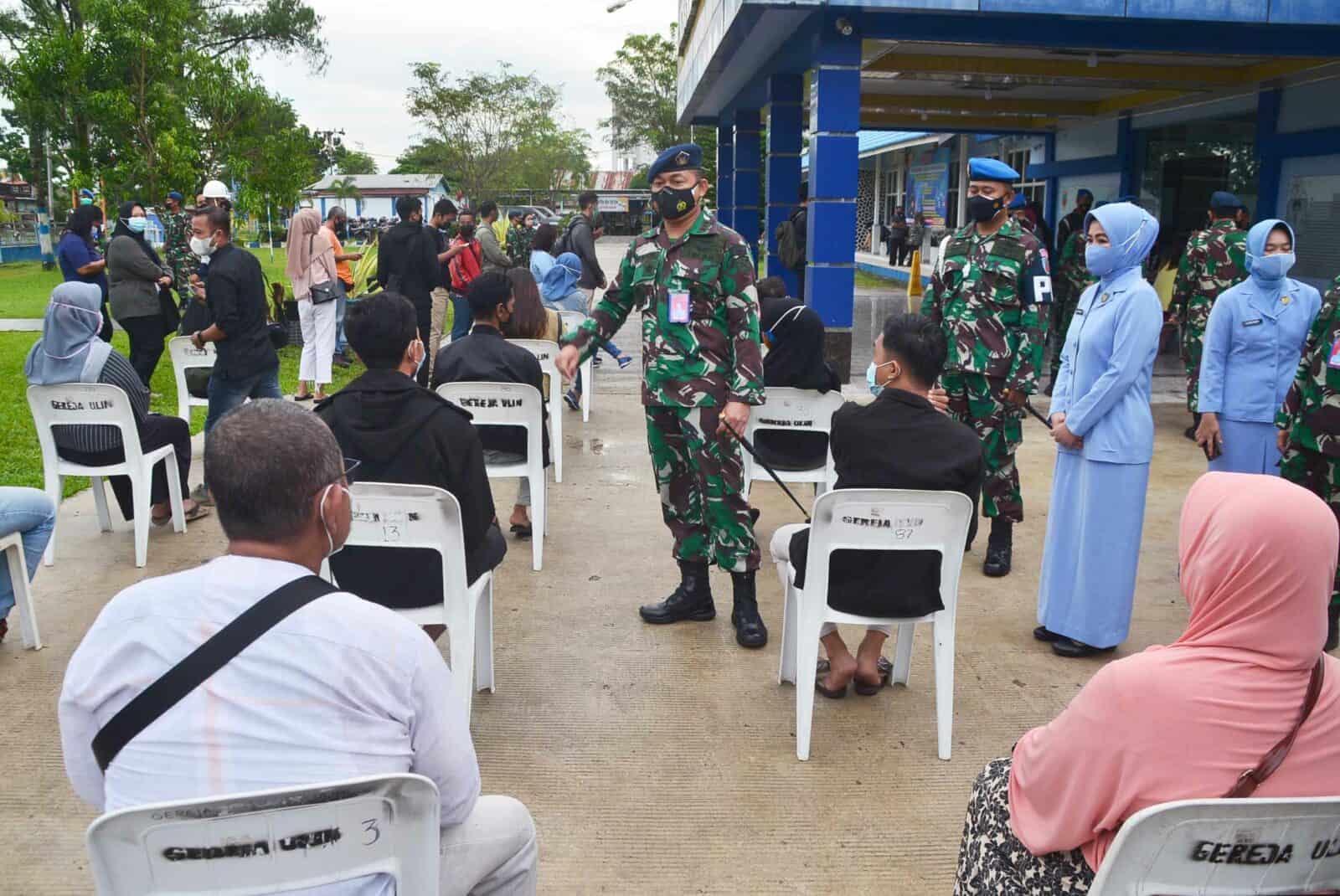 Warga Antusias Ikuti Serbuan Serentak Vaksin Covid-19 di Rumah Sakit TNI AU Sjamsudin Noor
