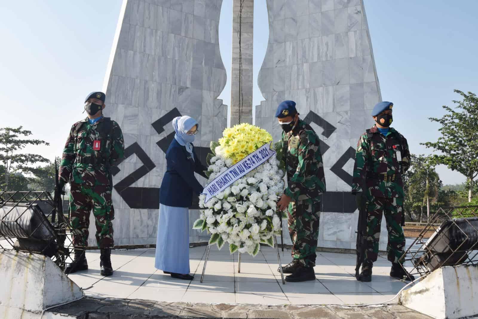 Danlanud Pangeran M. Bun Yamin Pimpin Ziarah Hari Bakti Ke-74 Di TMP Tiuh Tohou