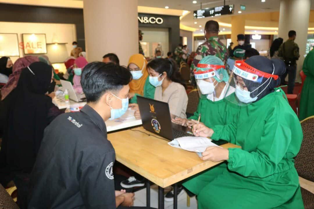 Vaksinator Rumah Sakit TNI AU Lanud Sjamsudin Noor Turut Serta Dalam Kegiatan Serbuan Vaksinasi Bersama TNI dan POLRI Yang Dilaksanakan Serentak di 34 Provinsi di Indonesia