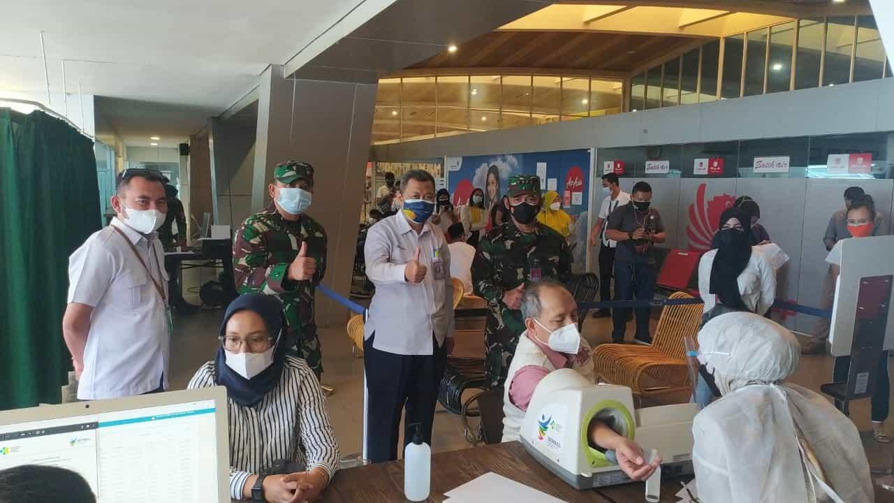 Danlanud HSN Tinjau Serbuan Vaksinasi Bandara Husein Sastranegara
