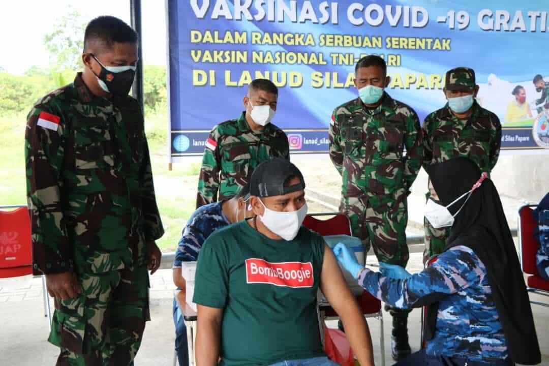 Komandan Lanud Silas Papare, Tinjau Pelaksanaan Serbuan Vaksin