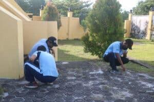 Hari Bakti TNI AU ke-74, Personel Lanud RSA, Satrad 212 Ranai dan Denhanud 477 Paskhas Gelar Aksi Bersih-bersih di TMP Ranai