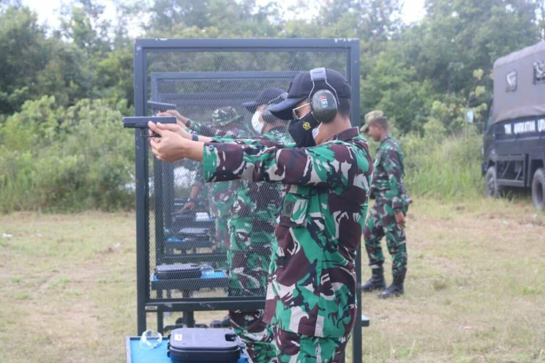 Komandan Lanud H AS Hanandjoeddin Letkol Nav Rudy Hartono ST M Han melaksanakan Latihan menembak Triwulan II TA 2021