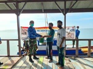 Peduli Pandemi Covid 19 di Hari Bakti TNI AU ke 74 Lanud Raden Sadjad Serahkan Bantuan Cat Kapal Nelayan Natuna