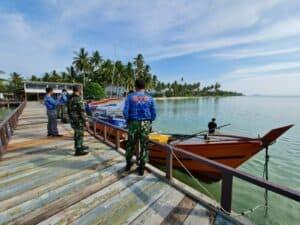 Peduli Pandemi Covid 19 di Hari Bakti TNI AU ke 74 Lanud Raden Sadjad Serahkan Bantuan Cat Kapal Nelayan Natuna 4
